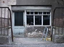 Kellerwohnung mit Ladenzeile